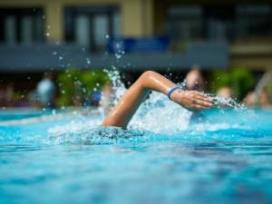 Schwimmer im Freibad Rüngsdorf: Wie geht es weiter mit den Bonner Bädern? Die Debatte um die Zukunft hält unvermindert an. Foto: Volker Lannert