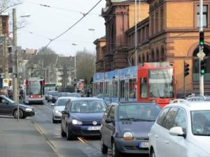 Bahnen, Busse und Autos zwängen sich vor dem Bahnhof durch den Engpass Cityring. Foto: Frommann