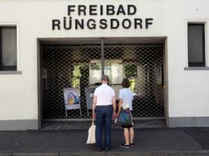 Keiner kommt rein: Gestern war das Rüngsdorfer Freibad noch geschlossen. Zur Überraschung dieser beiden Badegäste. Als Alternative blieb ihnen das Schwimmen in Friesdorf. Foto: Ronald Friese